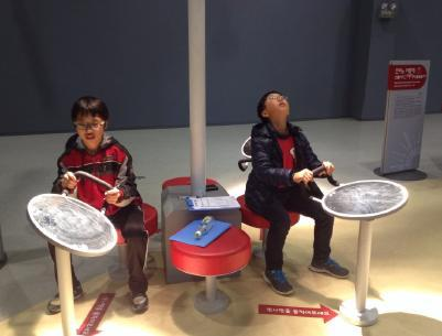 광주광역시 광산구 신창동 주민센터에서 무한상상실에 참여하고 있는 어린이들이 발명 등 창조 작업에 몰두하고 있다.  ⓒ ScienceTimes