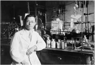 젊은 시절 실험실에서 포즈를 취한 이태규 박사 ⓒ 과학기술인 명예의 전당