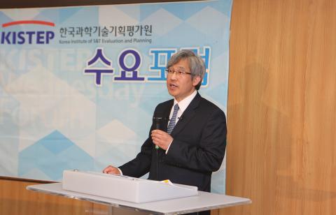 """세종연구소 홍현익 수석연구위원은 14일 KISTEP에서 열린 수요포럼에서 """"북한의 사이버전 능력이 세계 6위 수준에 달하는 등 큰 위협이 되고 있다""""고 말했다."""