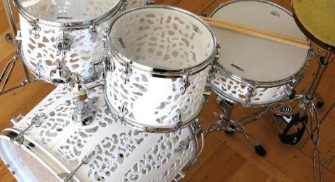 3D 시스템즈가 설립한 회사 큐비파이 웹사이트에서 3D프린터로 만든 드럼을 공개하고 있다. 이 사이트에서는 드럼, 신발 등을 만들 수 있는 디자인을 무료 공급하고 있다. http://www.cubify.com/