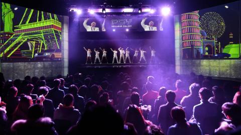 동대문의 홀로그램 콘서트장인 '클라이브'에서는 매일 한류 가수들의 공연이 상영되고 있다.