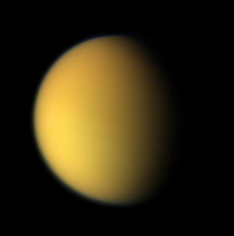 여러 행성이 가진 위성 중 타이탄은 지구와 가장 유사한 환경을 갖고 있다. 지구와 유사한 대기를 가지고 있으며, 지구에서 일어나는 현상을 타이탄에서도 볼 수 있다. 그렇기에 타이탄에 대한 연구가 계속 되고 있는 것이다. ⓒ 위키피디아