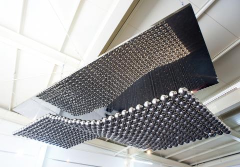 종축과 횡축의 무수한 조합에 의해 만들어지는 구슬들이 무한가능 복제의 공간으로 탄생을 담아내고 있다. ⓒ제주현대미술관