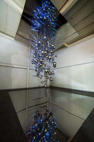 현란한 빛과 투명한 빛을 번갈아 발산하는데, 광섬유가 만든 세상의 변화에 대해 생각하게 만든다. ⓒ 제주현대미술관