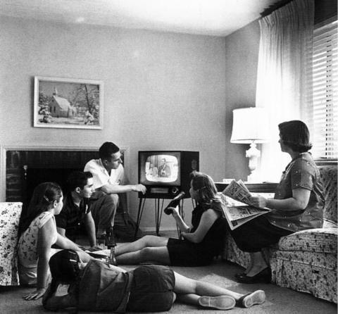 TV를 보는 것이 일상이 되자 많은 학자들은 TV가 사람에게 어떤 영향을 미치는지에 대해 연구하기 시작했다. 어린아이부터 어른까지 TV는 다양하게 사람들에게 영향을 미쳤다. ⓒ 위키피디아