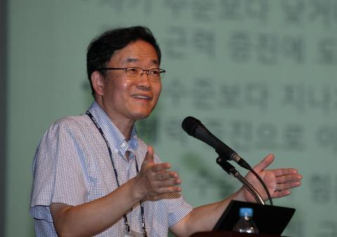 18일 '2014 서울세계수학자대회(2014 ICM)'에서 열린 '과학영재, 미래 필즈상으로 가는 길' 행사. 고등과학원 황준묵 교수가 전국에서 모인 과학 영재들에게  수학자의 길'에 대해강연하고 있다.