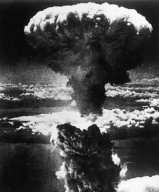 원폭에 의해 대기가 순식간에 증발해 거대한 버섯 구름이 형성된다.  ⓒ 연합뉴스