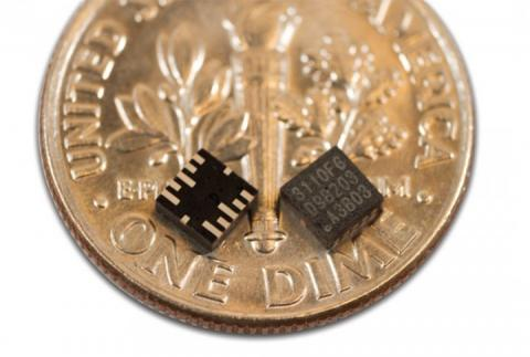 스마트 의류에 사용할 수 있는 초소형 칩들이 개발되고 있다. 사진은 엠큐브에서 개발한 가속도계(센서). 초소형으로 골프웨어에 착용할 경우 스윙 폼 분석이 가능하다는 엠큐브 측 설명이다.  ⓒ mCube