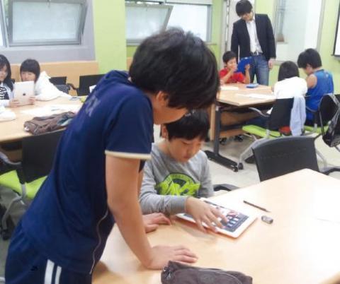 광진정보도서관 무한상상실에서 진행하고 있는 초등학생 대상의 '디지털 스토리텔링 스튜디오'. 오는 1월3일까지 매주 토요일 열리는 이 스튜디오를 통해 디지털 기기를 활용한 스토리텔링 콘텐츠가 다양하게 제작되고 있다.   ⓒ광진정보도서관