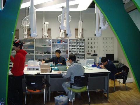 국립중앙과학관 무한상상실에서는 아두이노나 라즈베리칩을 활용한 소프트웨어 교육은 물론 그것을 전통적 방법으로 활용할 수 있는 납땜 작업도 가능하다 ⓒ ScienceTimes