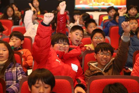 '크리스마스 과학콘서트'에 참석한 학생들이 공연자와의 대화를 통해 즐거워하고 있다. 이번 공연에서는 공연자와 관객 이 함께 어우러지는 양방향 극장식 과학 공연을 선보이고 있는 중이다.