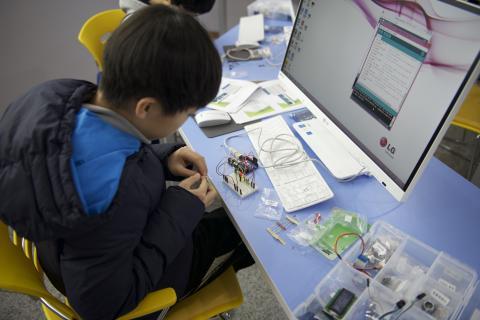 손가락 컴퓨터 아두이노를 이용한 키트 조립에 열심인 참가자. ⓒ ScienceTimes