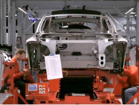 지난해 미국의 전기차 판매량이 11만9710대로 10만 대를 넘어선 것으로 집계됐다. 10만 대를 돌파한 것은 처음 있는 일이다. 사진은 전기차 시장을 주도하고 있는 '테슬라'의 전기차 생산라인.