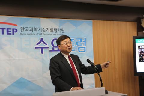 21일 열린 KISTEP 수요포럼에서 김진형 소프트웨어정책연구소장이 '소프트웨어 중심사회' 구현을 위한 방안을 제시하고 있다. 김 소장은 이 자리에서 매우 낮은 한국의 소프트웨어 활용도를 더 높여야 한다고 주장했다.