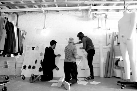 여성 창업인 킷 히키(Kit Hickey) 등  '미니스터리 오브 서플라이'의 창업자 세 사림이 첨단 기술이 접목된 기능성 의류를 개발하고 있다.
