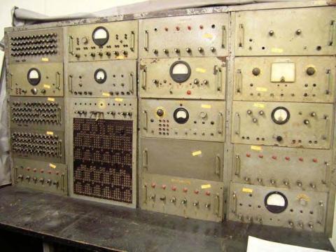 1961년 한만춘 박사가 제작하여 문화재청 문화재로 등록된 '연세 101 아날로그 전자계산기'.