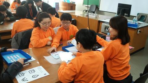엄마와 한팀이 되어 소프트웨어를 배우고 있는 학생들 ⓒ ScienceTimes