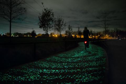 네덜란드 에인트호번은 축구팀뿐만 아니라 밤에도 자전거를 탈 수 있는 도로 '반 고흐 패스'로도 유명하다.  ⓒ Studio Roosegaarde