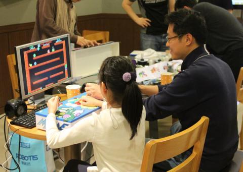 2인용 라스 조이박스로 게임을 즐기는 아빠와 딸.  ⓒ ScienceTimes