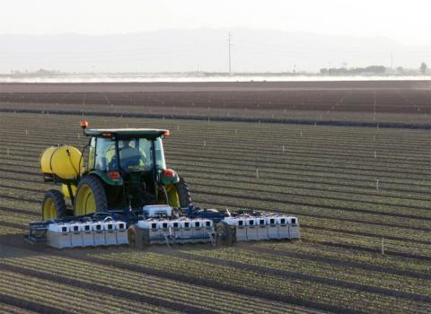 미래 식량난을 해결하기 위해 농업기술을 혁신해야 한다는 소리가 높아지고 있다. 사진은 미국 캘리포니아 농장에 투입되고 있는 자동화된 캐릭터. 컴퓨터영상, 로봇공학 기술들을 적용해 스스로 농사를 짓는 능력을 선보이고 있다.   ⓒhttp://www.bluerivert.com/