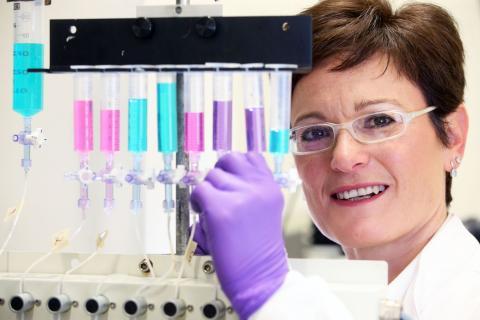 영국 카디프대 연구팀은 최근 천식의 근본원인이 칼슘 감지 수용체(CaSR)라고 밝히고 동물실험에서 칼실리틱스(calcilytics)를 직접 폐에 분무해 매우 높은 치료 효과를 보였다고 발표했다. 사진은 주연구자인 다니엘라 리카디 카디프대 생명과학부 교수  ⓒ Kardiff University