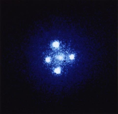 일반 상대성 이론을 설명하는 가장 강력한 증거는 바로 '중력렌즈' 효과이다. 강력한 중력에 의해 빛이 휘어져 보이는 현상이다. '웃는 은하' 사진 역시 중력렌즈 효과에 의해 나타나게 되었다.
