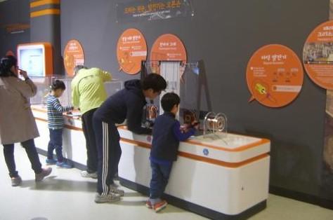 기초과학관에서 어린이들이 작동전시물을 다루고 있다.  ⓒ ScienceTimes