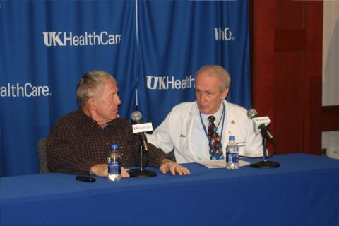 파킨슨병 환자인 마리온 콕스(왼쪽)가 존 슬레빈 미국 켄터기대 뇌과학연구소 부소장에게 새로운 약물전달시스템의 임상시험에 참여하고 그의 생활이 어떻게 달라졌는가를 설명하고 있다.  ⓒ University of Kentucky