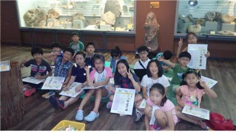 계룡산자연사박물관에서 위대한 발견들을 찾아내고 있는 아이들 ⓒ ScienceTimes