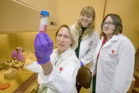 이번 p53 연구를 수행한 스토니 브룩 의대 연구진들. 앞줄 왼쪽이 유트 몰 박사, 가운데는 논문의 제1저자인 에브게니아 알렉산드로바(Evguenia Alexandrova) 연구원(박사후 과정), 오른쪽은 논문 공동 제1저자인 알리샤 얄로비츠(Alisha Yallowitz) 연구원(박사후 과정). ⓒ Stony Brook University School of Medicine