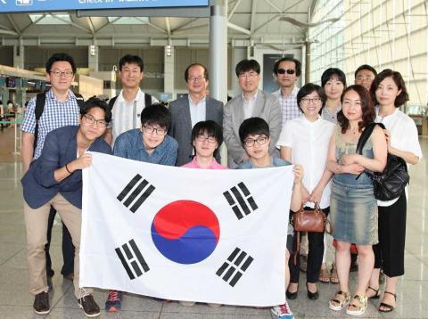 제28회 국제청소년물리토너먼트 대표단과 응원 나온 가족들  ⓒ 김의제 / ScienceTimes
