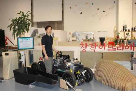 전기자동차 만들기에 도전한 이승민 씨가 손수 제작한 자동차와 함께하고 있다. ⓒ ScienceTimes