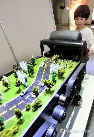 현대자동차는 미디어아트 그룹인 '에브리웨어'의 작품을 이용한 마케팅을 펼치기도 했다.