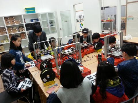 3D모델링 교육을 받은 후, 3D프린터 실습을 하고 있는 학생들 ⓒ 창원과학체험관