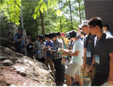 국제과학올림피아드에 출전하기 위해 열정을 쏟고 있는 학생들 ⓒ 한국지구과학회