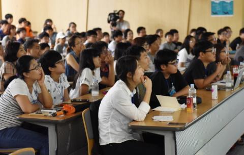 학생들이 연사들의 강연을 듣고 있다. ⓒ 과학동아