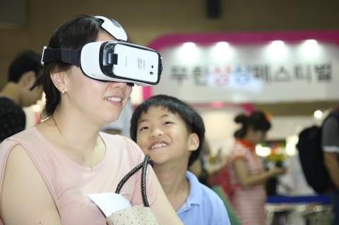 첨단 가상현실(VR) 기기를 통해 입체영상과 음향을 체험해보고 있는 학부모와 학생. 이번 과학축전에서 큰 인기를 끌고 있다.  ⓒ 김의제 / ScienceTimes