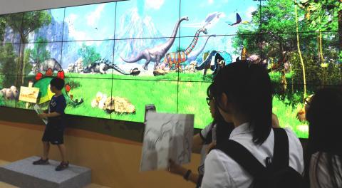 학생들이 첨단 디스플레이 기술인 첨단 디스플레이 기술인 LFD을 시현해보고 즐거워하고 있다.  LFD란  그림을 3D로 변환해 영화같은 화면에 띄우는 기술이다.   ⓒ 이강봉 / ScienceTimes