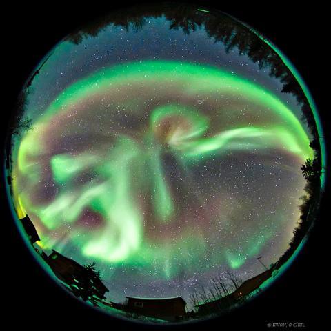 권오철씨는 자연에서 볼 수 있는 가장 경이로운 순간을 '오로라 서브스톰'으로 꼽았다. 사진은 2011년 2월 캐나다 옐로나이프에서 찍은 오로라 서브스톰.