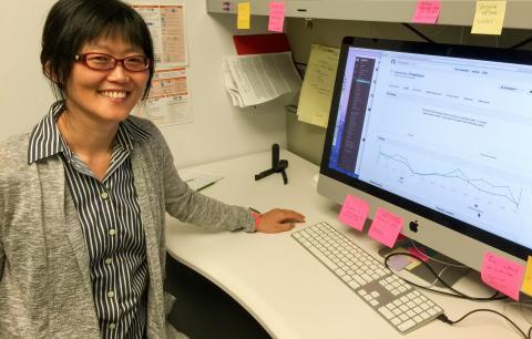 시카고의대 임해경 교수팀이 개발한 PrediXcan 분석법은 GTEx와 같은 대규모 전사체 데이터세트를 기반으로 질병 유발 유전자와 연구에 필요한 유전자들을 더욱 빠르고 정확하게 탐색해 낸다. 임교수가 연구실에서 컴퓨터로 깃허브(github)에 저장된 PrediXcan을 구동하고 있다. ⓒ Hae Kyung Im