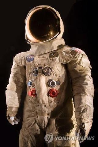 우주선 아폴로 11호의 사령관이었던 암스트롱은 1969년 7월20일 동료 우주인 버즈 올드린과 함께 달에 안착했다.  ⓒ 연합뉴스 제공