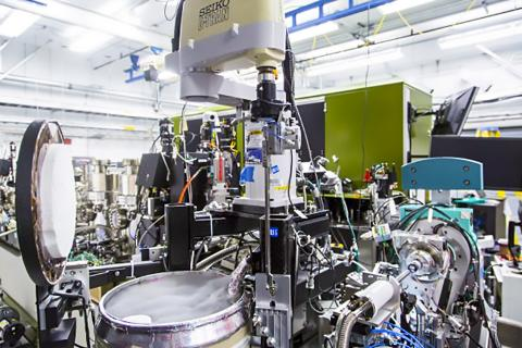 LCLS X선 레이저의 고도로 자동화된 로봇 X선 결정체 시스템에 쓰이는 장비. 아래 왼쪽 금속 드럼에는 LCLS의 강한 X선 조사를 받은 결정체 표본을 식히는 액체질소가 들어있다. 이 장비는 뇌 신호에 포함된 분자기구를 원자수준으로 세밀하게 탐색하는 실험에 쓰인다. ⓒ SLAC National Accelerator Laboratory