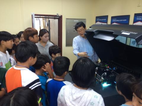 학생들이 교통대 무한상상실이 갖추고 있는 3D프린터에 대한 설명을 듣고 있다. ⓒ ScienceTimes