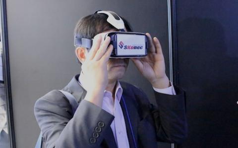 'K-ICT 가상현실(VR) 페스티벌 2015' 참가자가 가상현실을 체험하고 있다.
