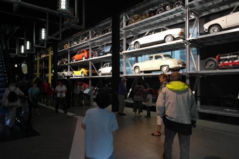 과거부터 현재까지의 실제 자동차들이 한쪽 벽 가득 전시되어 있는 모습.  ⓒ 장미경