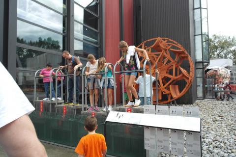 강철로 만든 배가 어떻게 물에 뜰 수 있는지를 직접 즐기며 체험할 수 있는 시설.  ⓒ 장미경