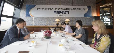 한국과학창의재단 김승환 이사장과 AAAS 제럴딘 리치몬드 회장이 과학교육과 커뮤니케이션, 글로벌 협력에 대해 대화를 나누고 있다.  ⓒ 디지털타임스