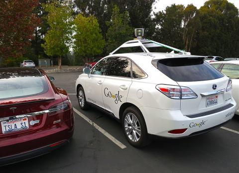 구글은 2009년부터 '구글 카'라는 이름으로 무인 자동차를 연구하고 있다. 사진 왼쪽은 테슬라의 전기차이며, 사진 오른쪽이 구글의 무인자동차가 탑재된 렉서스 RX450h 이다.