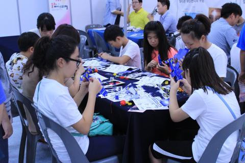 학생들이 키트를 가지고 다양한 형태의 태양광 모형을 만드는 체험을 하고 있다. ⓒ 이슬기 / ScienceTimes