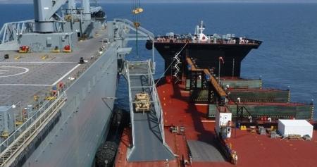 기동상륙지원선과 수송선이 연결되어 화물을 옮기는 모습